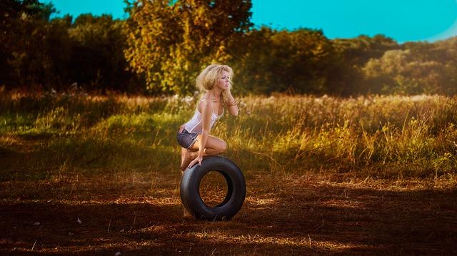 девушка с колесом