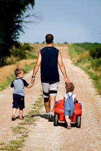 отец с детьми