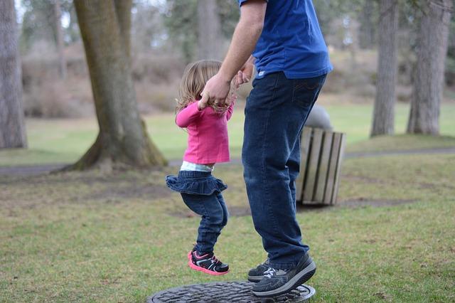 отец играет с дочкой