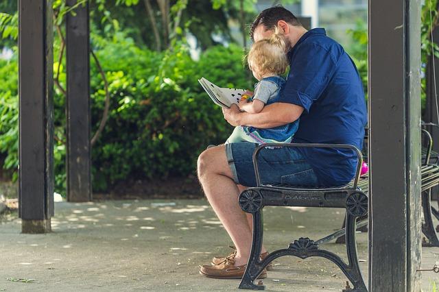 отец читает сыну